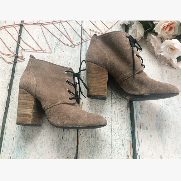 BCBG 9M heel ankle boots lace up tan suede leather